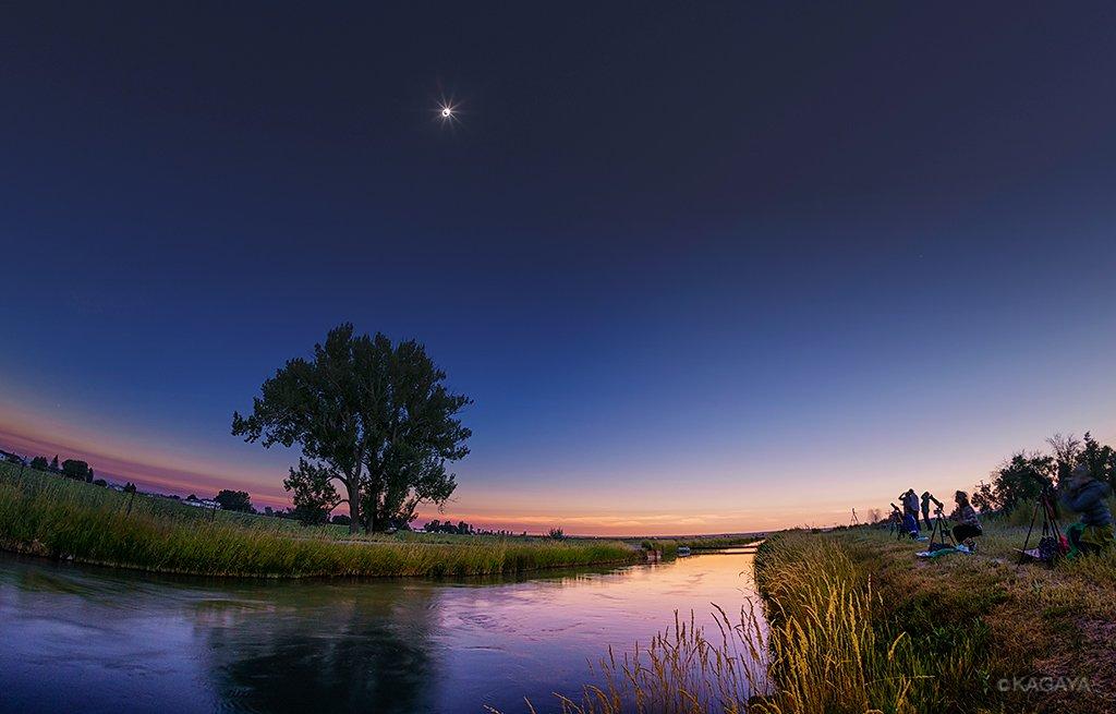 北米皆既日食、一瞬の夜。月の影が頭上を覆うと、わずか2分間の夜のが訪れました。360度夕焼け色の空に囲まれ、星も輝き出しました。(本日、アメリカ、アイダホ州にて撮影) pic.twitter.com/ojVhormjIY