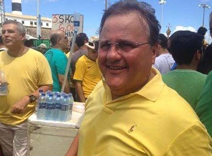 As imagens mais verdadeiras que você verá hoje: em Salvador, Geddel Vieira Lima (PMDB-BA) participa de uma marcha anticorrupção