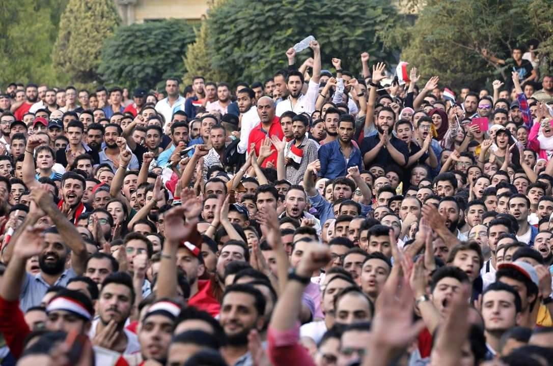A Síria, com milhões de refugiados, está na repescagem da Copa de 2018. A foto é em Damasco, com seu povo na torcida. Tem a nossa também.