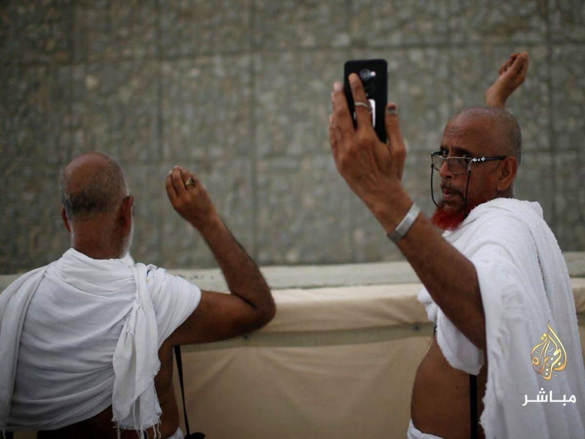 صارو يطلعو عالحج عشان يعملو صورة سلفي!  مش افضل تضل بالبيت؟  #مكة_المكرمة #المدينة_المنورة #حجاج https://t.co/Fo8UX9ZGKF