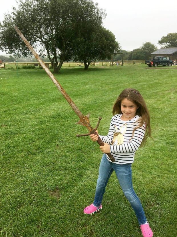 アーサー王が湖に投げ入れたと言われる伝説の剣エクスカリバーを7歳の少女マチルダちゃんが発見※何かの映画の小道具だろうとのこと@イギリス pic.twitter.com/9KYxIzsMF2