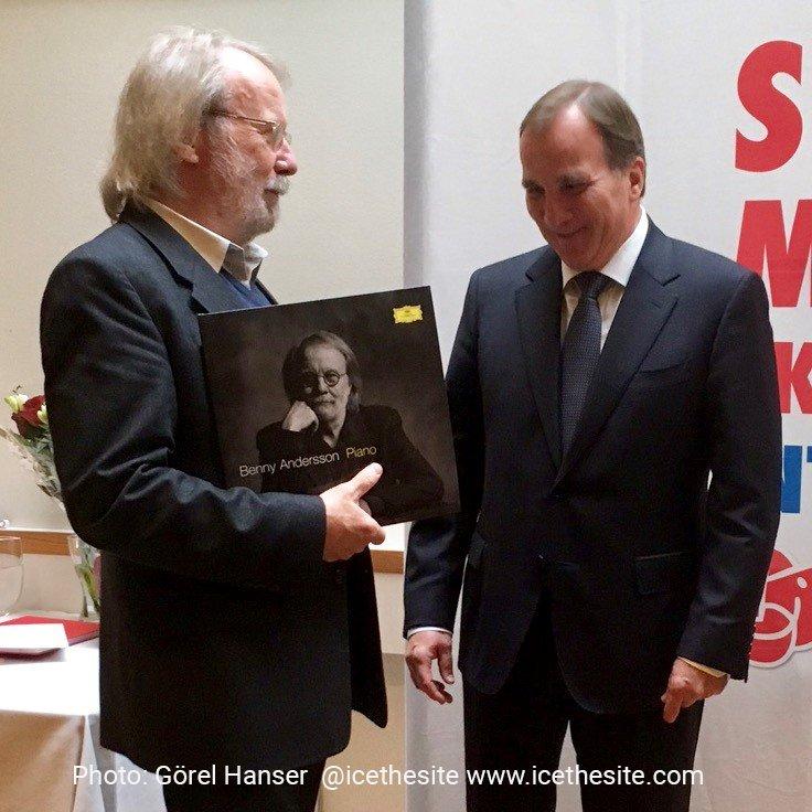 Resultado de imagen de benny present piano to Stefan Löfven