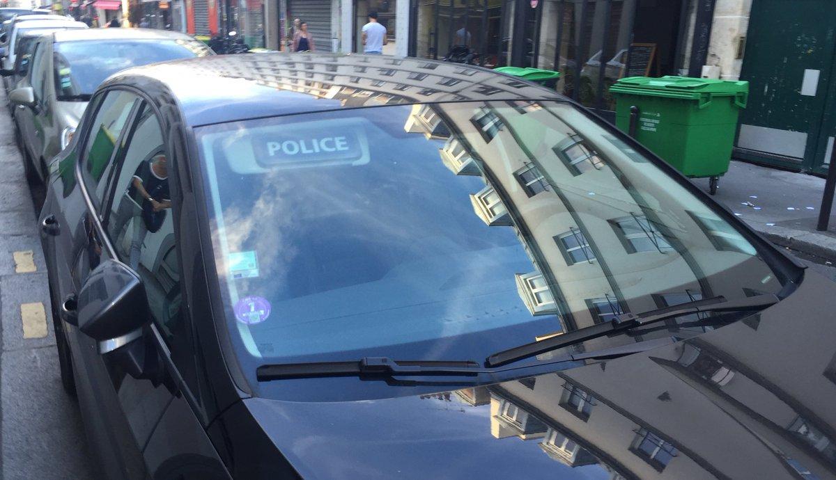 Le flic en civil le moins discret du monde : il gare sa voiture, et il oublie de rabattre le pare-soleil.
