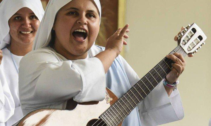 Freira rapper realizará sonho de cantar para Papa Francisco na Colômbia. https://t.co/T8ejQMErUm