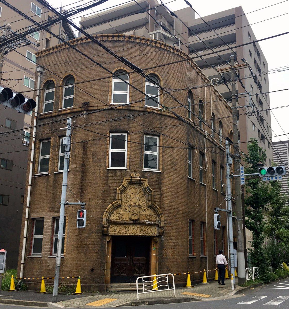 今朝、江東区佐賀町の村林ビルが解体されるかもというツイートが回ってきたので、見納めに行ってきた。設計は関根要太郎氏、1928(昭和3)年竣工。ずんぐりとしたロマネスク風で、入口のテラコッタがいい感じ。以前から好きな建物なのになあ。 https://t.co/zkwKRsD55L