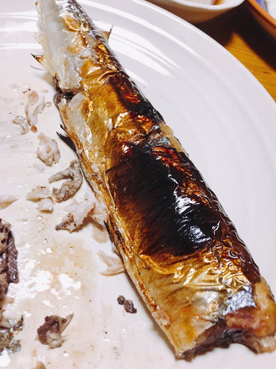 ツイッターでみかけたネタを実践。10倍に薄めたみりんを塗った秋刀魚を熱したグリルにぶち込んで7分焼いただけ。普通に焼いたら落ちてた脂が落ちずに肉汁ブシャァ状態。秋刀魚の小籠包みたいな感じで脂がでてきます。これは美味いぞ。簡単でオススメ。秋刀魚好きな来客にも絶対喜ばれる。 pic.twitter.com/YH8n7RalQw
