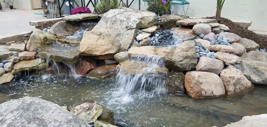 #ThrowbackThursday To A Rocky Waterfall At The 2017 Des Moines Home + Garden  Show!pic.twitter.com/lIAboLiFl8