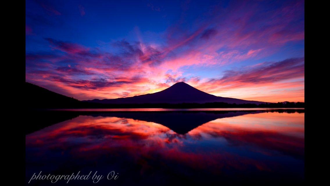 おはようございます!!先ほどの朝焼け!こんな凄いのは数年に一度しかないです😂😂✨久々に興奮しすぎて気絶するかと思いました🤣こんな日のために写真やってるんだなあと!!#富士山 #ケサフジ #朝焼け pic.twitter.com/pcxxsmIjEH