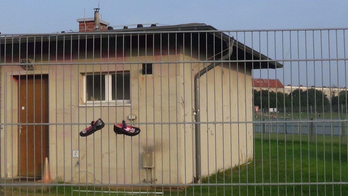 "Kiez In Aktion on Twitter "" TempelhoferFeld Schuhe vermissen"