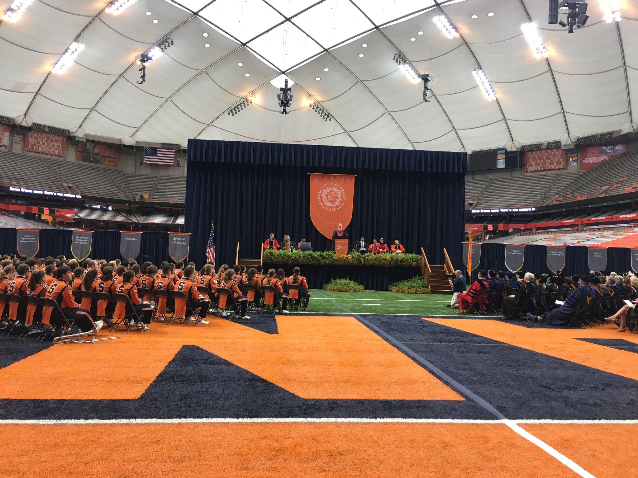 Chancellor Syverud welcomes new students to #SyracuseU! #SUWelcome 🍊 https://t.co/W0fXvotWRs
