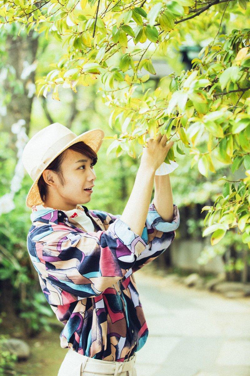 葉っぱを触る須賀健太
