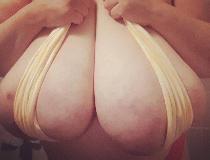 Have a nice #friday 🤗😎 #großebrüste #heavyhanger #bignaturals #cleavage4days #macromastia #tetasricas