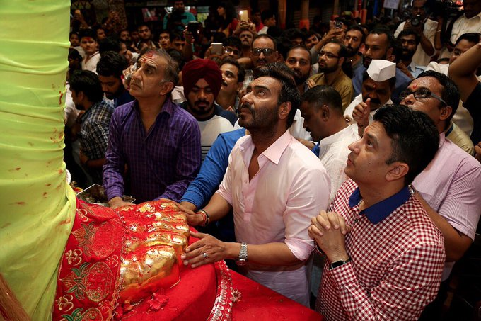 Seeking the blessings of the Almighty and Powerful @LalbaugchaRaja 🙏@ajaydevgn @ajaydevgn @Baadshaho https://t.co/jwr7Zi4SIg