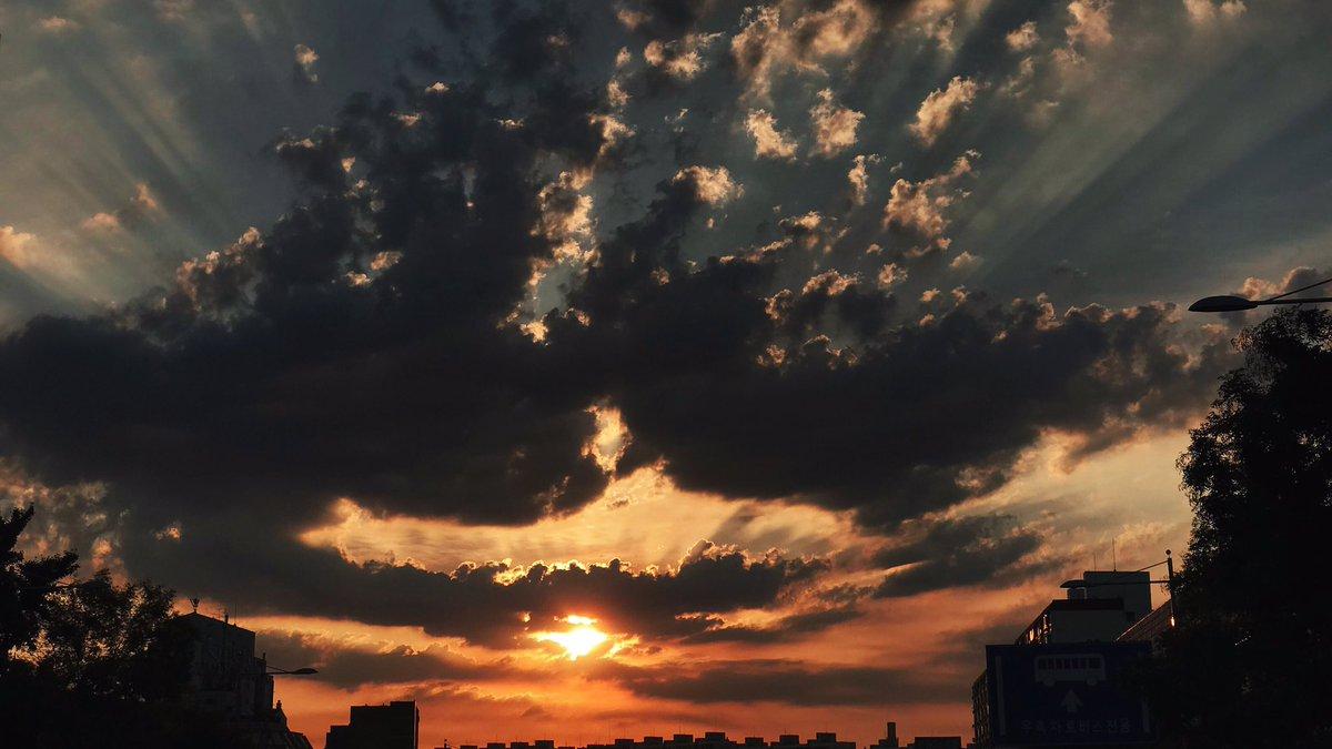 지금 하늘 너무 예뻐요!😍✨ #🐻 https://t.co/pNSPPdFp...