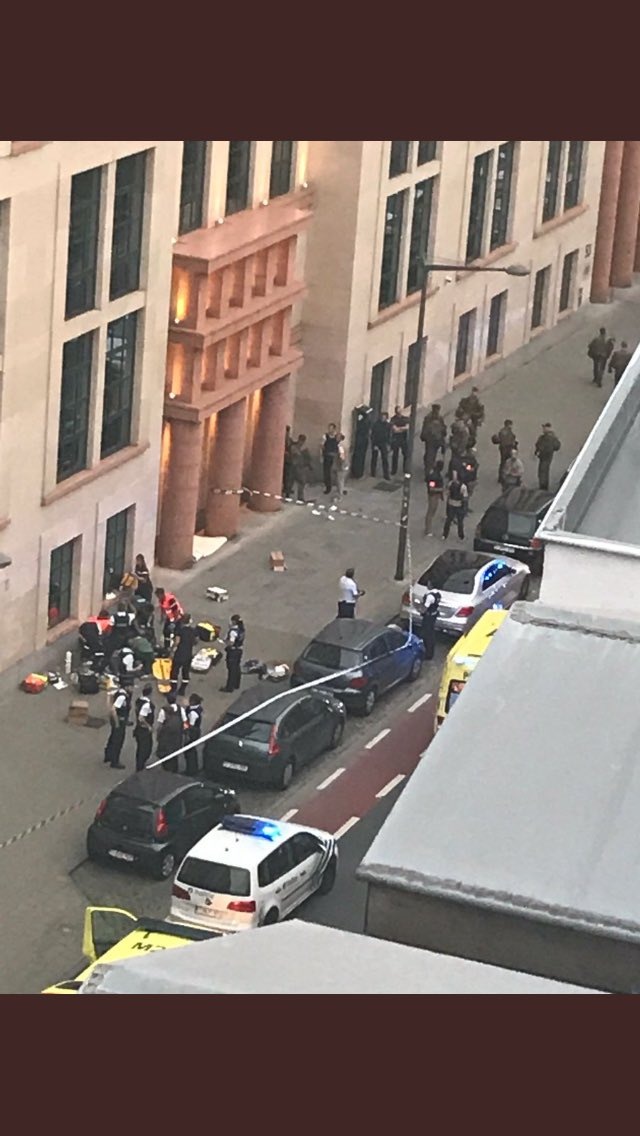 #breakingnews A man with a machete attacked soldiers on patrol in #Brussels centre, now shot dead. #brusselsattacks #bruxelles #attentat <br>http://pic.twitter.com/3AlQ86jxnY