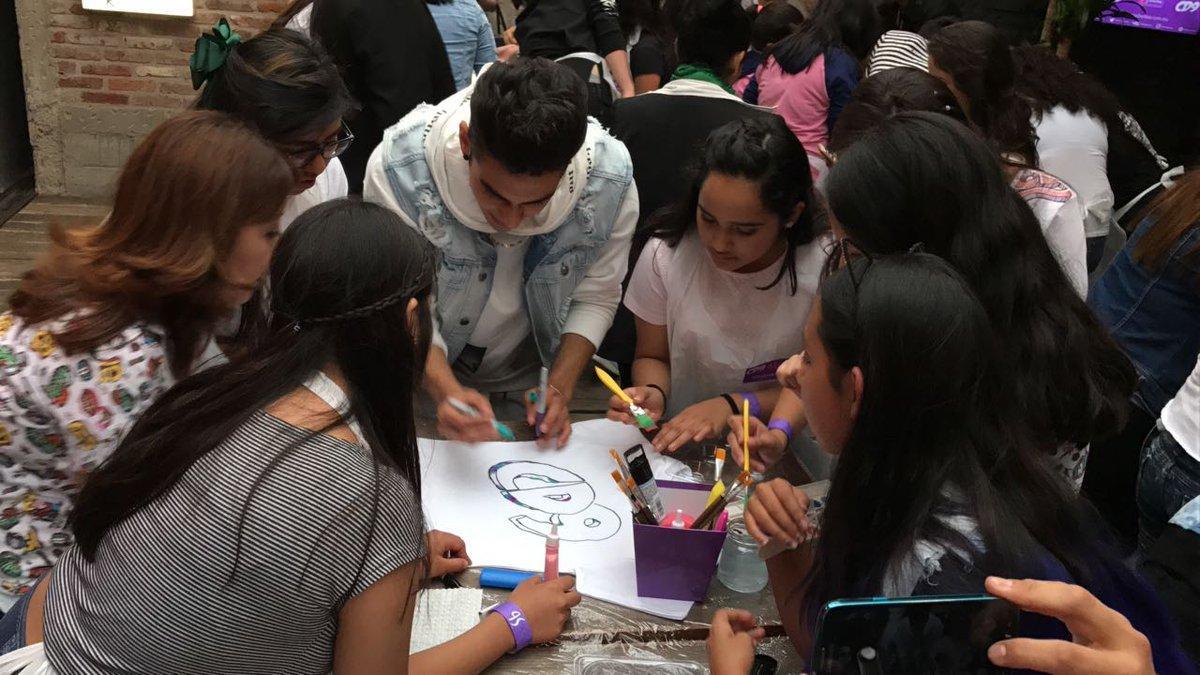 Los chicos de @CD9 ayudan a las #Coders a crear los mejores diseños