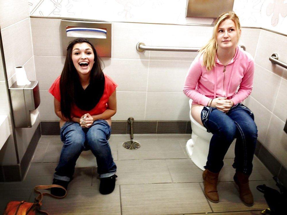 Жопу туалете свою показать в мне подружкам как
