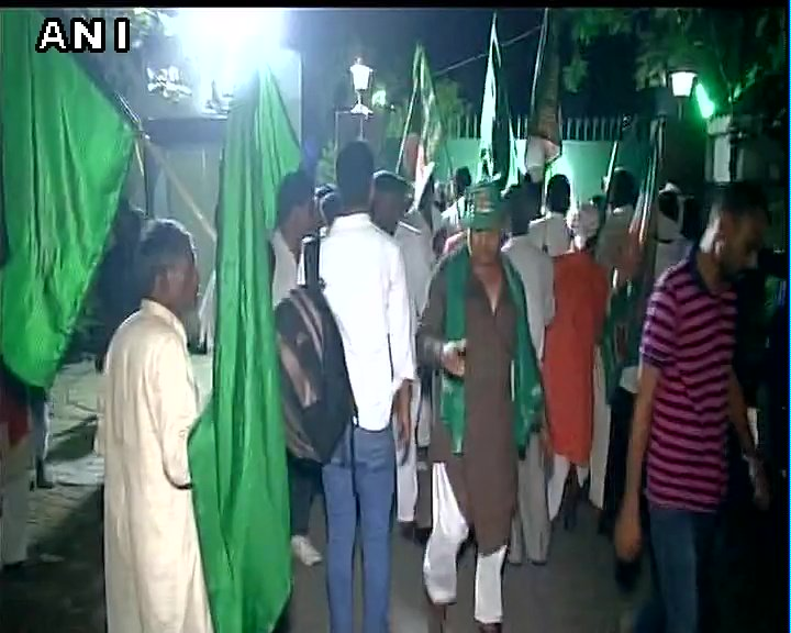 #Bihar RJD supporters gather outside residence of RJD chief Lalu Prasad Yadav ahead of his rally in Patna tomorrowpic.twitter.com/E3bhinIzwb