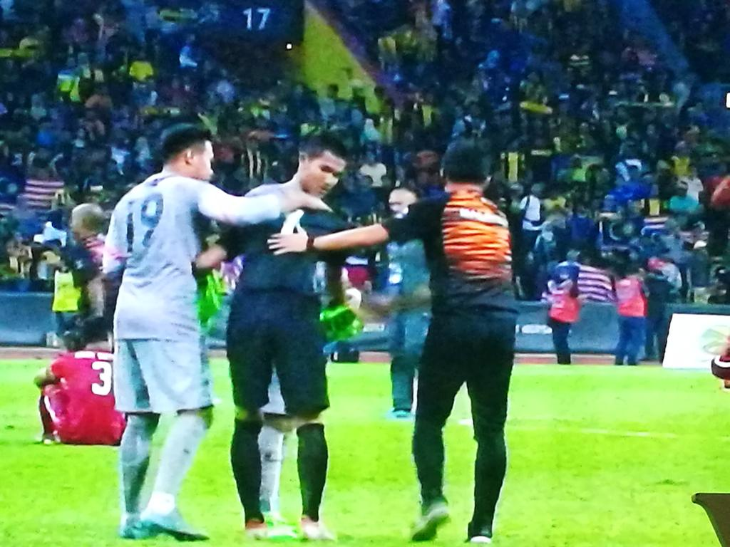 Semangat kesukanan. Penjaga gol negara memujuk penjaga gol Indonesia selepas perlawanan separuh akhir. Tahniah!! https://t.co/LAk7923dXN