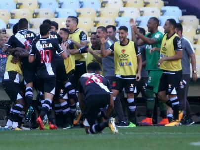 Torcida esgota a sua parte da arquibancada! No Maracanã quem manda é o Vasco! Saiba tudo sobre a vitória do Gigante: https://t.co/srZW2nm809