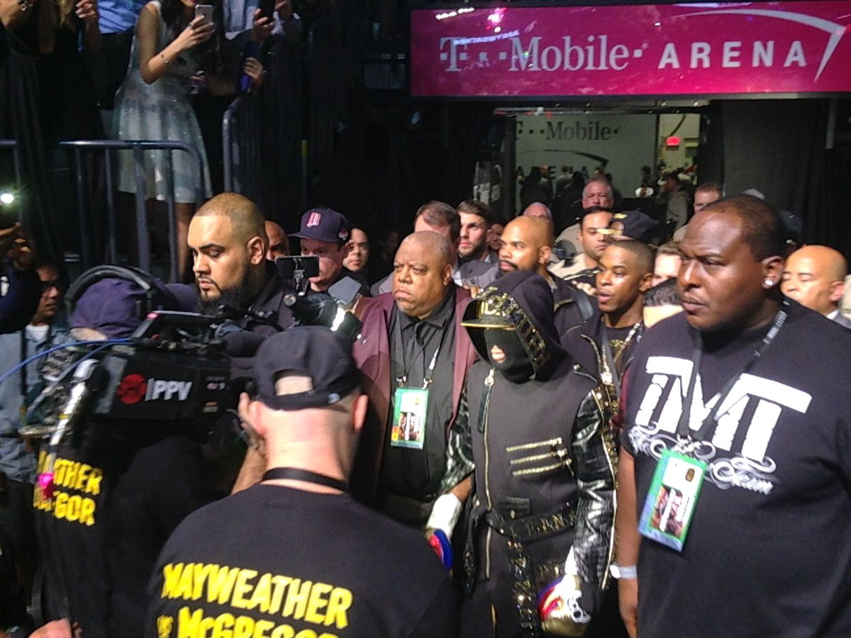 Very dark look from @FloydMayweather for @TheNotoriousMMA fight https://t.co/XzqwCbc9QI