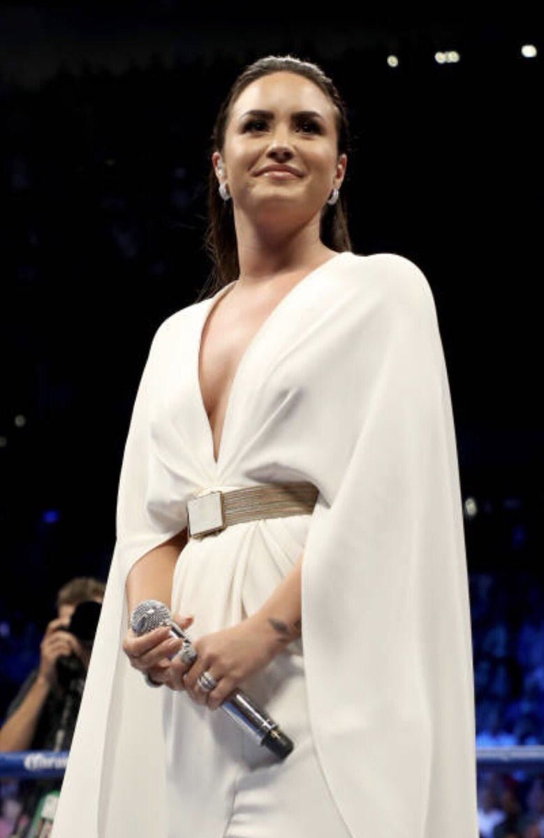 Demi Lovato is trending worldwide after singing the National Anthem at #MayweathervsMcGregor. She did THAT!👏