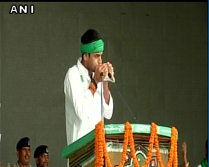 #Bihar: RJD's Tej Pratap Yadav blows the conch shell at 'BJP bhagao, Desh bachao' rally in Patna.pic.twitter.com/ywm4rmd8BB