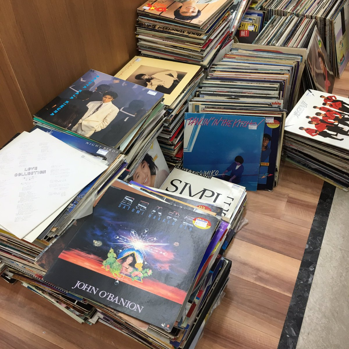 骨董品の値段が上がる理由wリサイクルショップの店員がレコードの帯を廃棄www