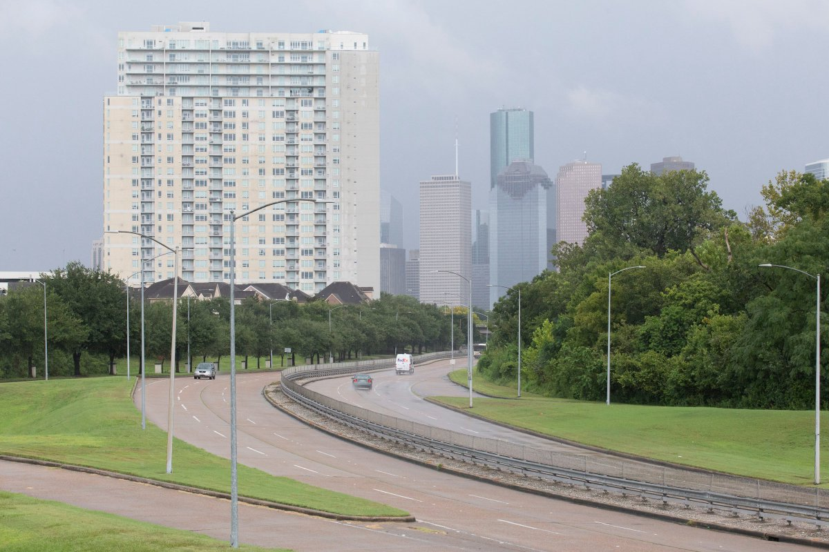 The left is Memorial Parkway on Saturday.  The right is Memorial Parkway Sunday morning.   #Harvey #HoustonFlood    https://t.co/88qQ8fcKZ4