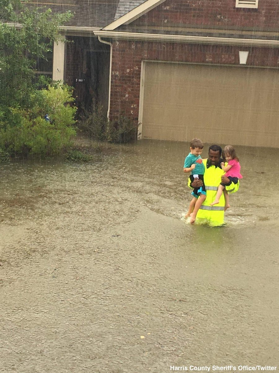 Extraordinary photo shows Harris County Sheriff's deputy rescuing two children from high floodwaters in Cypress, TX https://t.co/AC1yFnuJKv