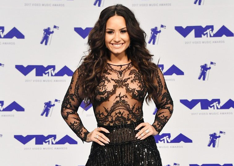 If you're a celeb and you wanna make it on Best Dressed lists... show up early. Be like Demi. #VMAs #Writer https://t.co/9zNVo0UwAa