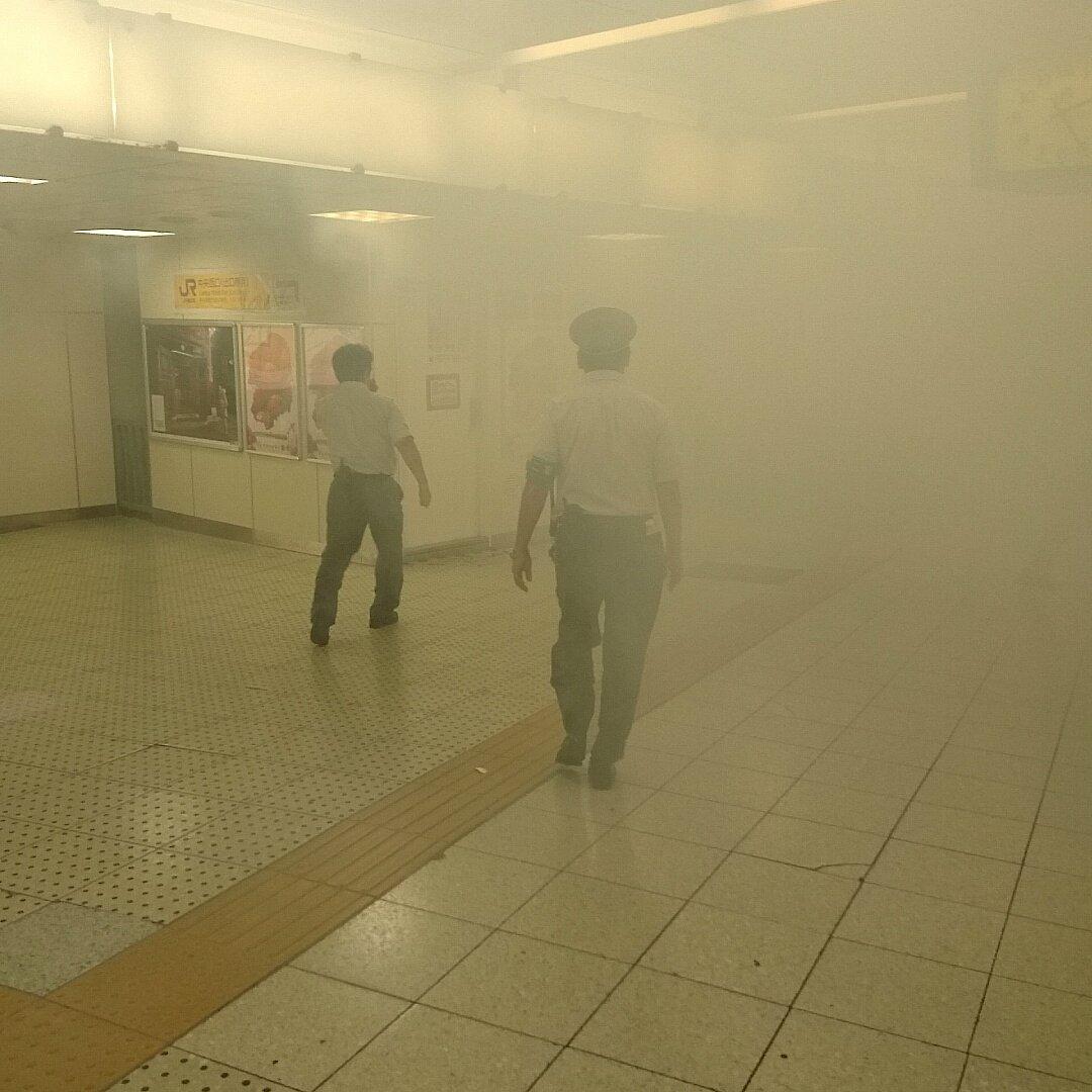 発煙で煙が充満している新宿駅構内の写真画像