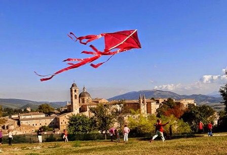 Ad #Urbino torna la Festa dell'aquilone per incantare grande e piccini! #destinazionemarche https://t.co/ApiHrGvJTM