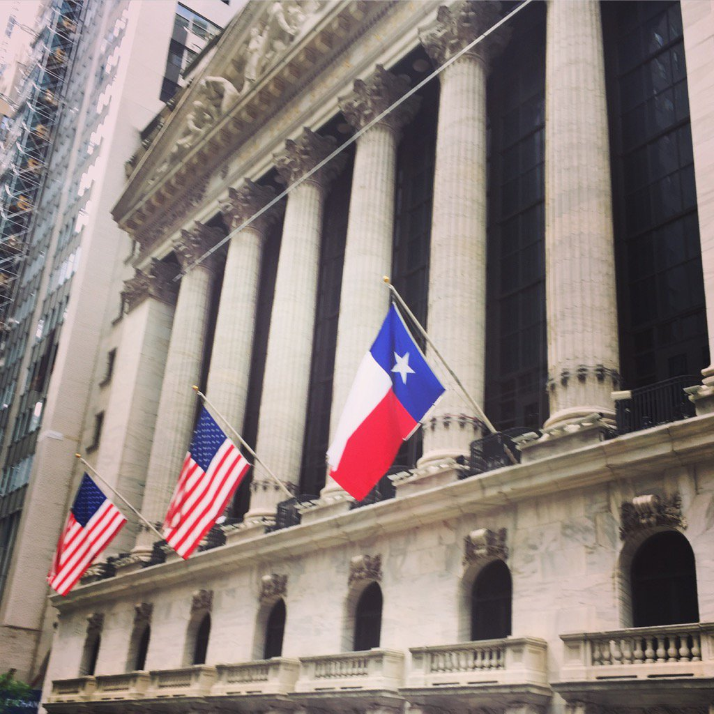 Lone Star Flag flying in front of the NYSE today in solidarity #harvey #txlege https://t.co/JUQ4piyzTm
