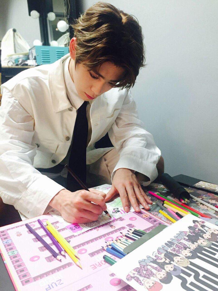 คุณพ่อแจฮยอนช่วยน้องโน่ระบายสี ในขณะที่น...