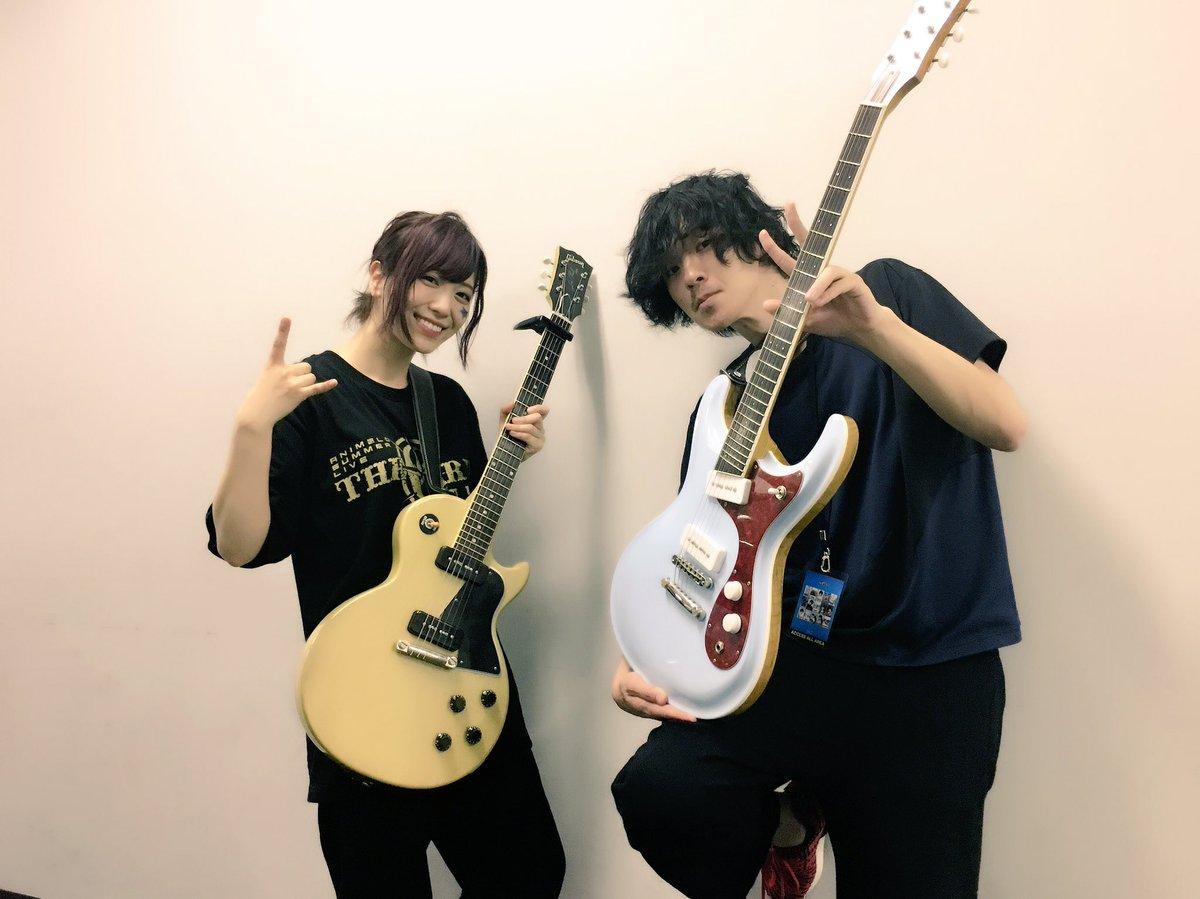 アニサマオフショット♪「侠気乱舞」の作曲者、fhánaのGt.和賀さんと!廊下でギター練習していたらギターを持った和賀さんとバッタリ! #anisama pic.twitter.com/jk7CWJxtlK