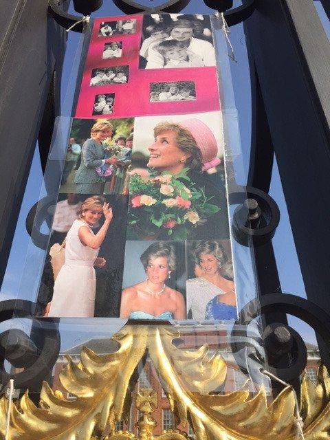 Heute morgen am #KensingtonPalace - das Gedenken an #Diana ist schon in vollem Gange - am 31.8. jährt sich der Todestag zum 20. Mal #royal https://t.co/MWolKKz3Hk