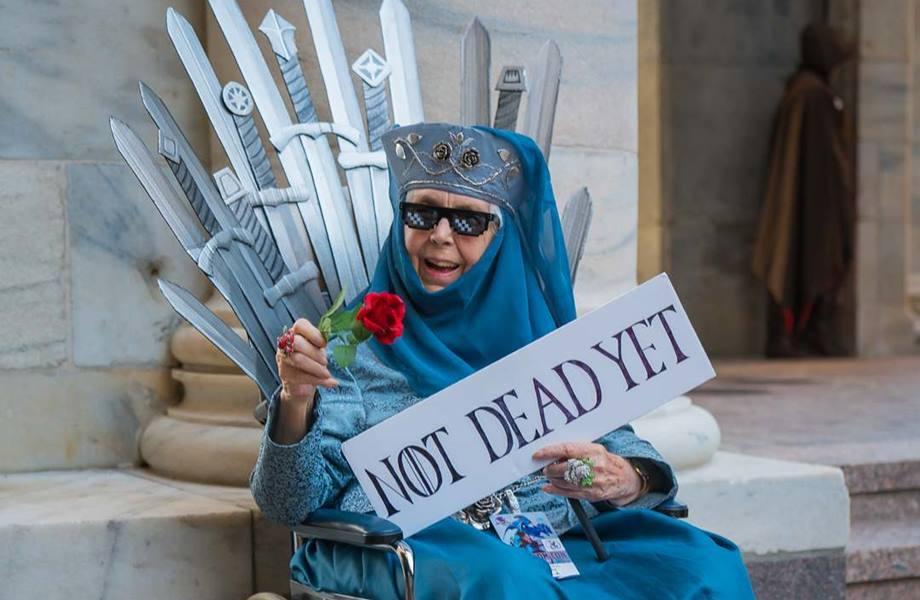 "Essa vovó vestida de Olenna Tyrell é a melhor cosplay de ""Game of Thrones"" https://t.co/jiBs14ljN0"