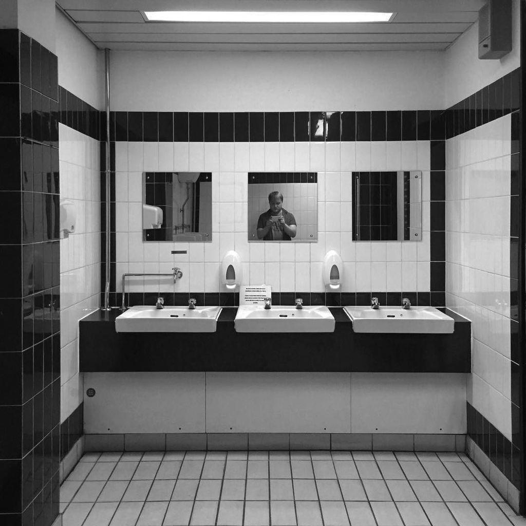 1970s toilet glamour — #toilet #1970 #interiordesign #bw #blackandwhite #architecture #burnley #lancashire / #aseo #diseñodeinteriores #arq…<br>http://pic.twitter.com/Hin1oeAoeh