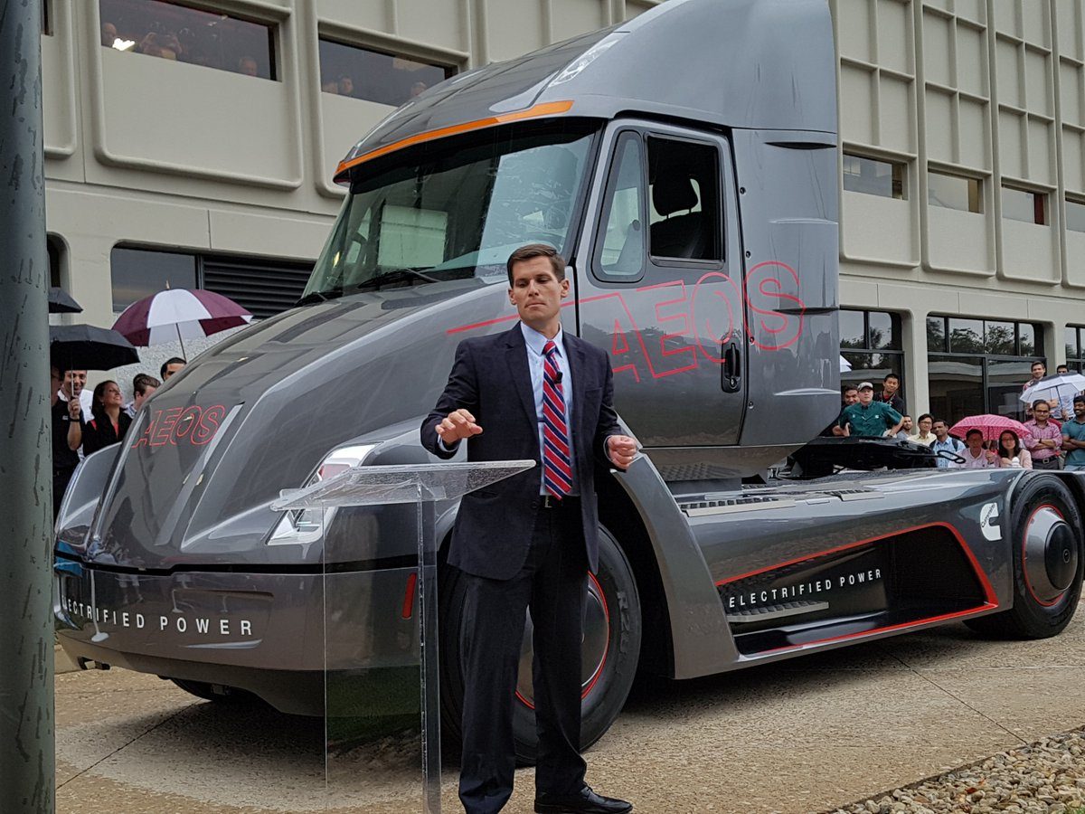 A zero-emission, electric Class 8 truck from @Cummins! Jim Park is on the scene, watch for full report. https://t.co/PAH6jUcZmr