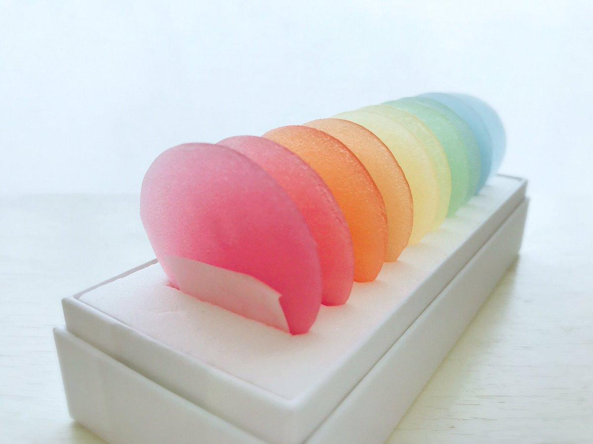 夢のように綺麗なお菓子をいただきました。岐阜大垣 槌谷さんの「みずのいろ」。様々な季節や景色を映した水の色を表現したお菓子。なんて、なんて繊細な美しさ✨ そとしゃり、なかゼリーのようにふわり。それぞれの色付けにはハーブを使っているそうです