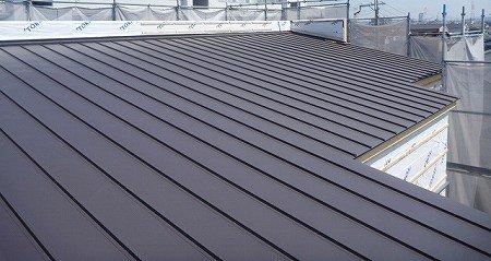 リフォーム専門用語㉓ ガルバリウム鋼板(がるばりうむこうばん) 鋼板の両面にメッキ加工した金属製の屋根の仕上材。 耐久性があり、メンテナンスも容易。 外壁に使われることもあります。 #リフォーム #専門用語 #ガルバリウム鋼板