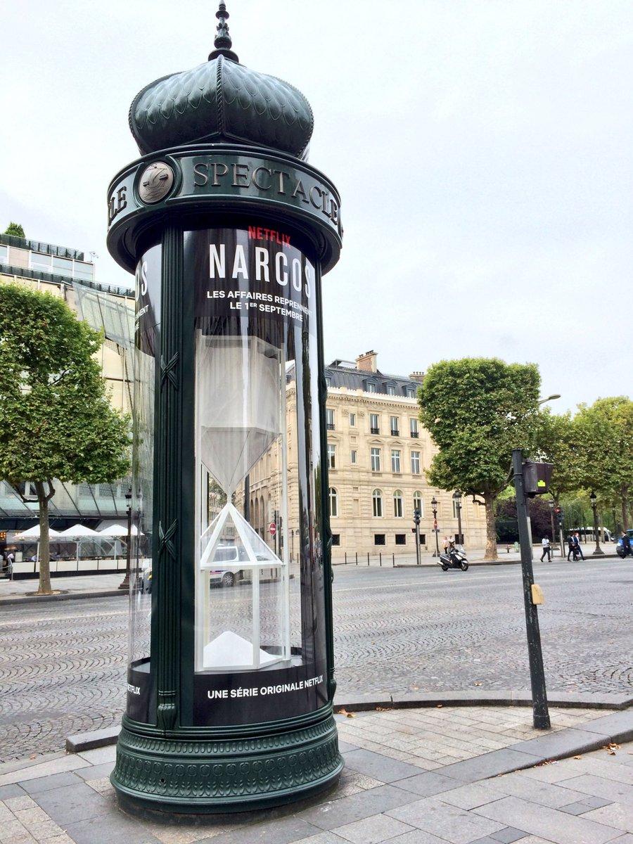 Narcos installe des sabliers remplis de cocaïne sur les Champs-Élysées ! #Publicité #Netflix https://t.co/LyPA7yTXIv