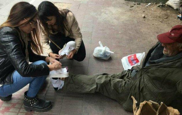 Conmueven al país las jóvenes que calzaron a un indigente
