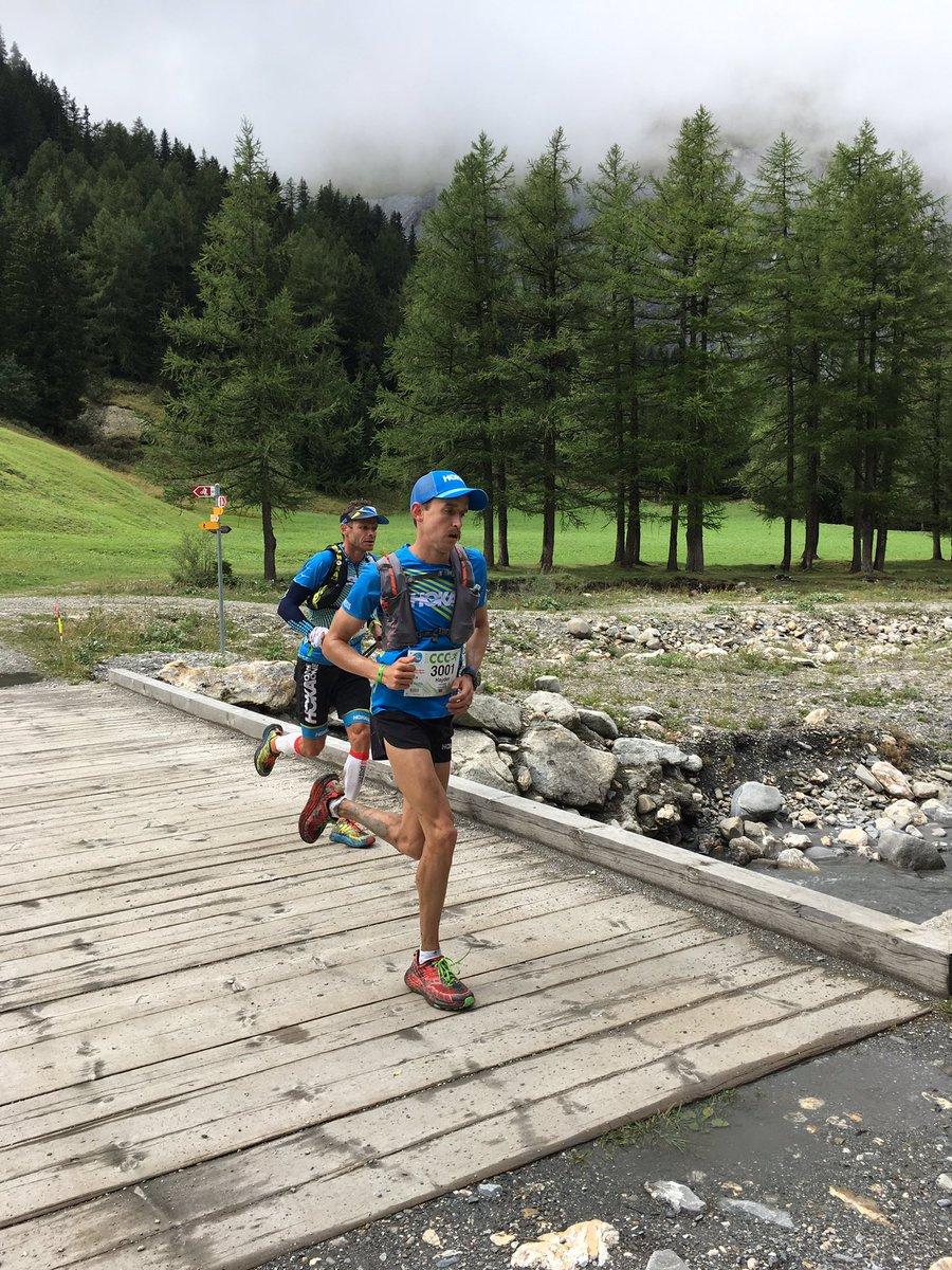 Οδηγούν τον αγώνα στο 42o χλμ οι  Hayden HAWKS και Ludovic POMMERET