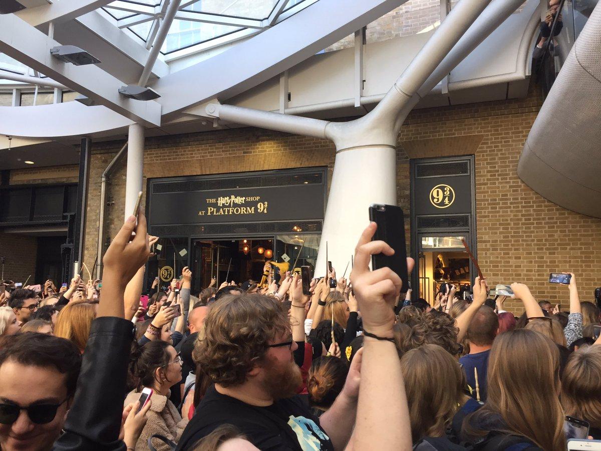 A estação de King's Cross foi tomada pelos fãs de Harry Potter #BackToHogwarts #19YearsLater https://t.co/BxNKQx3BFF