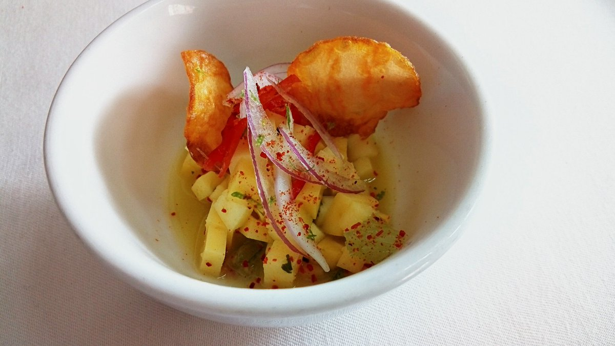 Hoy, servimos Ceviche de mango verde con polvo de ají y crocantes de batata como aperitivo.