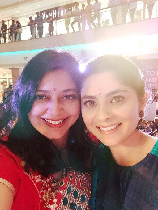 This lady along with me is beautiful ,super talented , realist, hard working , soft , fun loving ... @meSonalee ❤️#TKN #Tulakalnaarnahi https://t.co/F34Y2xVTaa