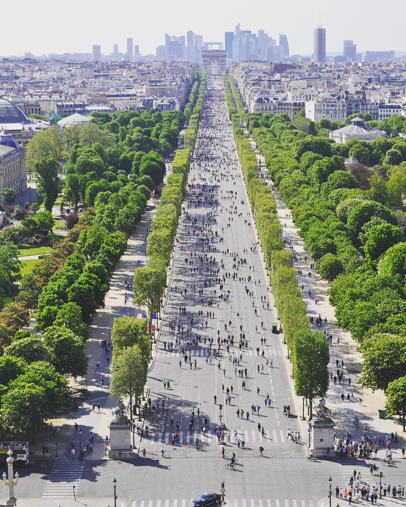 Aujourd'hui, comme le 1er dimanche de chaque mois, vous pouvez profiter des #ChampsElysées à pied ! 🚶♀️🚶