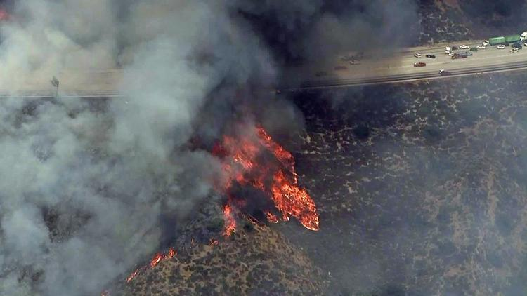 Los Angeles Times On Twitter Evacuations Ordered As Brush Fire Sweeps Across Verdugo Mountains Near Sun Valley 210 Freeway Closed